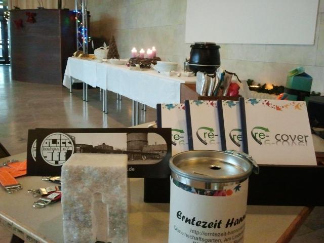 Vordergrund Infotisch, Hintergrund Buffettafel mit Kerzen